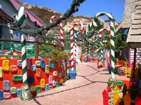 Decoración navideña en Popeye's Village
