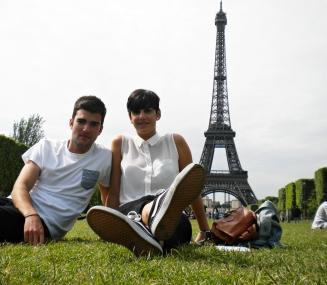 Con el pandero sentado junto a la Torre Eiffel