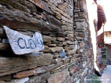 Cartel hacia la cueva (2km)